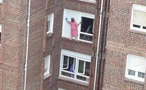 La temeraria maniobra de una mujer que arriesga su vida para limpiar las persianas