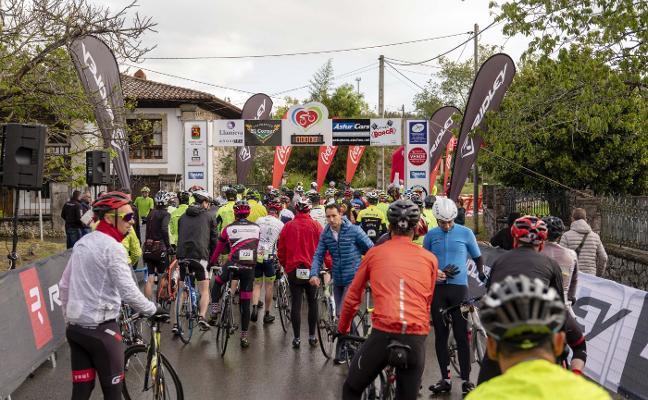 La marcha cicloturista Memorial Pedro Llorente se impone a la lluvia