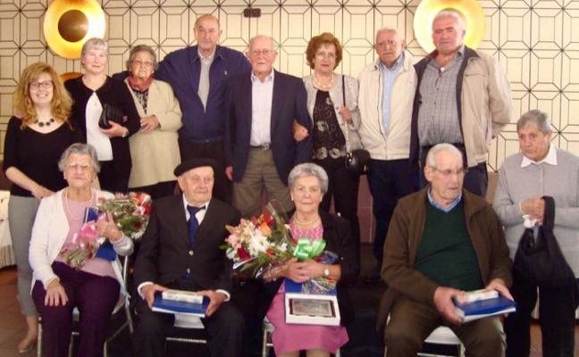 Onís rinde homenaje a sus mayores con un baile y sorteo de regalos