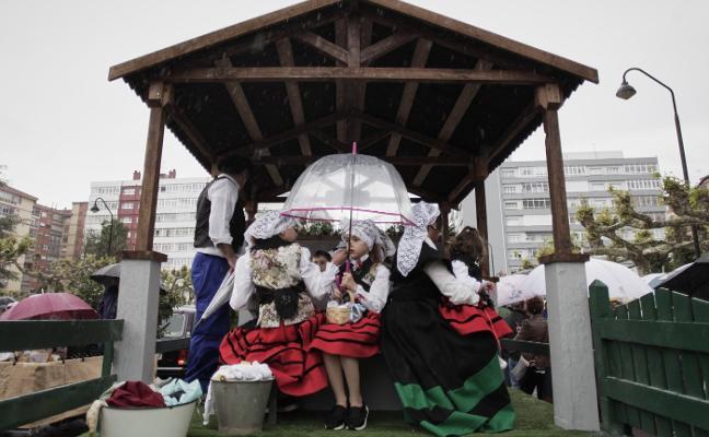 San Isidro no para la lluvia en el desfile de carrozas