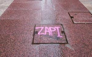 La calle Vicaría, con nuevo pavimento y una pintada para 'Zapi'