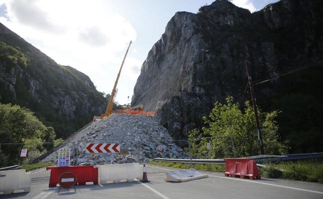 La retirada de los escombros del argayo que aísla Caso comenzará esta semana