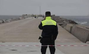 Fallece un corverano de 66 años tras resbalar en el espigón de San Juan de Nieva