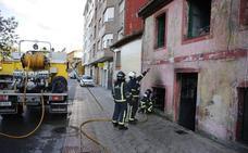 Incendio en una casa abandonada de Sama