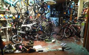 Destrozan una tienda de Gijón para robar una bicicleta