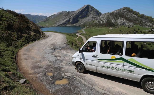 El Principado reparará la carretera al lago Ercina, pero restringirá el acceso en coche
