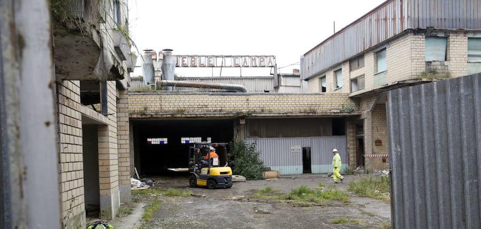 Comienza el derribo de la antigua fábrica de Muebles Campa, en Lugones