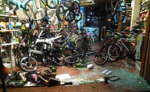 Destrozan una tienda en el Muro para robar una bicicleta eléctrica de 5.000 euros