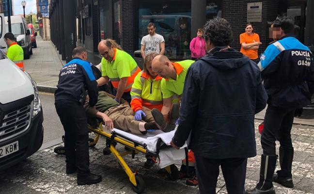 Una furgoneta atropella a un hombre de 82 años frente al centro San Agustín