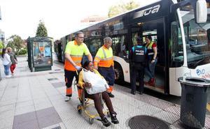 Diez heridos por un frenazo de un autobús en la rotonda de la Cruz Roja de Oviedo