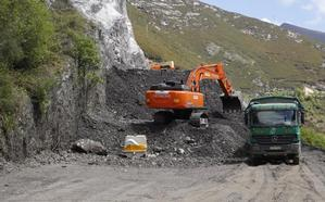 La retirada de escombro en el argayo de Caso mantendrá cortado el vial otro mes