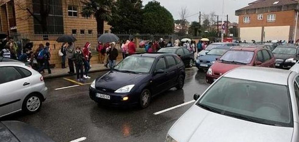 Reclaman que la Policía Local regule el tráfico en los colegios pero no multe