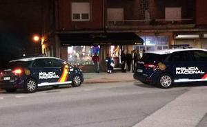 El juez envía a la cárcel al peluquero de El Pozón que disparó a otro vecino en un bar