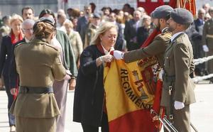 Mercedes Fernández y Cristina Coto se suman a la multitudinaria jura de bandera de Cudillero