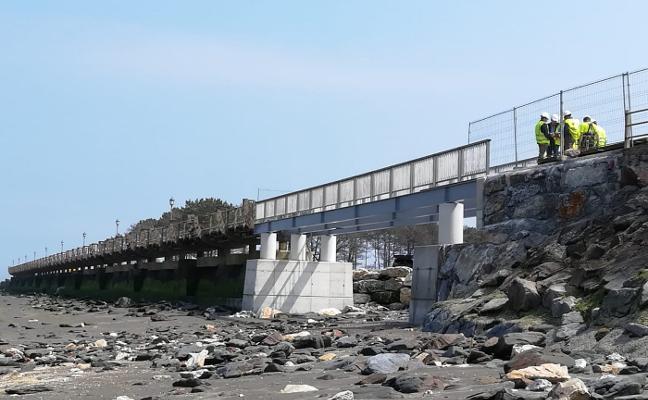 Instalan en Navia la pasarela que salva el canal de agua de La Poza