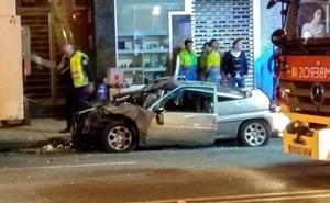 Herido grave un conductor tras empotrar su coche contra un camión de la basura en Oviedo