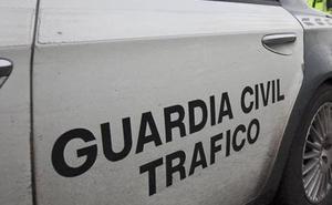 Un motorista, grave tras chocar contra un tractor en Las Regueras