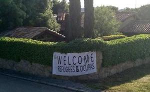 Vox cuelga una pancarta en el chalé de Iglesias y Montero de «bienvenidos refugiados y okupas»