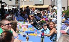 Comida solidaria en la calle en las fiestas de Villalegre