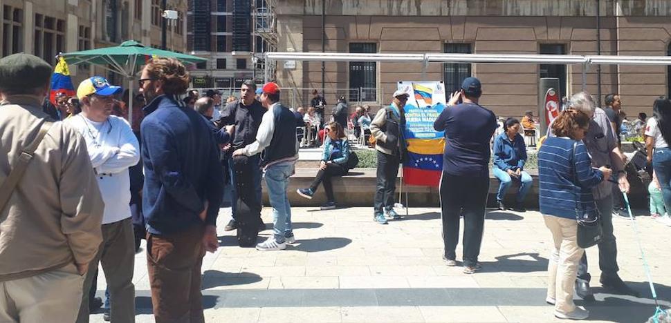 Decenas de venezolanos residentes en Asturias se concentran en Gijón contra la «farsa» de elecciones