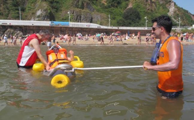 Carreño adquirirá una silla anfibia para hacer más accesible la playa de Candás
