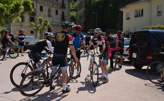 Pedaladas reivindicativas en memoria del ciclista cangués Rogelio Muñiz