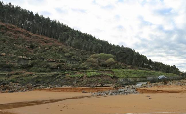 Costas da luz verde a la limpieza del aparcamiento de la playa de Merón
