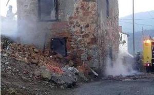 Un incendio calcina una vivienda deshabitada en Santianes de Pravia