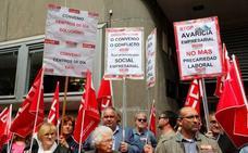 Unas doscientas personas se concentran en Oviedo por la subida salarial