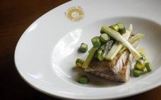 Ventresca de atún con cebolleta tierna y espárragos verdes