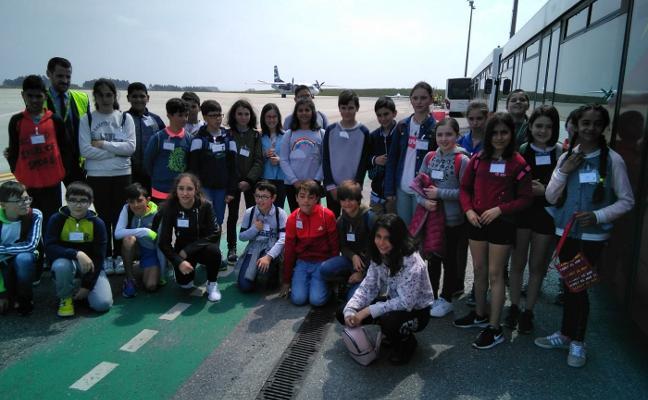 El Foro Comunicación enseña el aeropuerto a los alumnos de Oscos-Eo