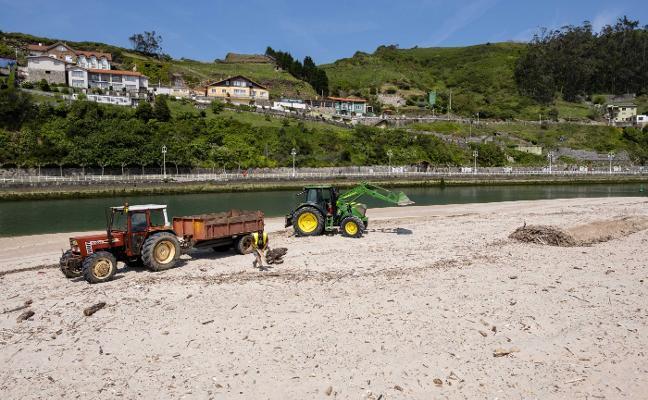 Comienza la limpieza previa al verano en las playas de Ribadesella, la última de Cogersa
