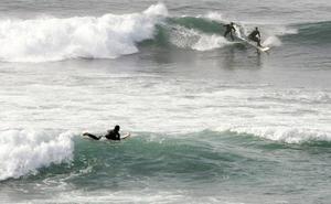 Un policía nacional rescata del agua a dos surfistas en Salinas