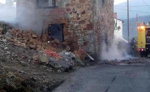 Un incendio calcina una vivienda deshabitada en Santianes