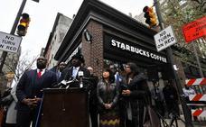 Starbucks permitirá a los no clientes sentarse en sus locales y utilizar sus aseos