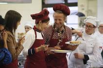 Influencers chinos visitan Gijón y aprenden a hacer casadielles