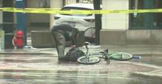 El ciclista 'acelerado' que se cansa de esperar a los artificieros para comprobar una mochila sospechosa