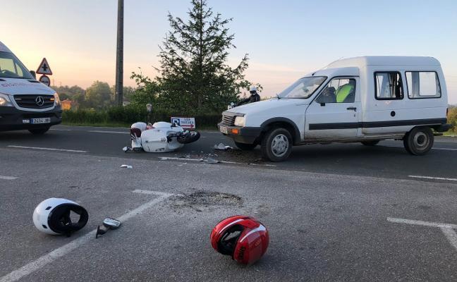 Dos heridos al chocar una moto y una furgoneta a la altura del Mesón Ruedes
