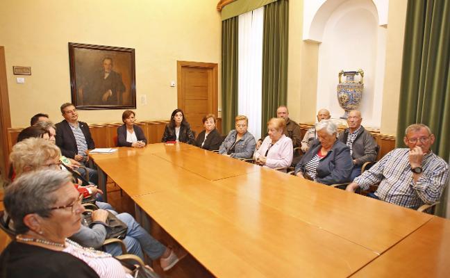La alcaldesa mediará para evitar los 37 desahucios de La Camocha