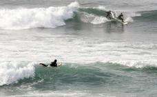 Un policía nacional fuera de servicio rescata a dos surfistas en Salinas