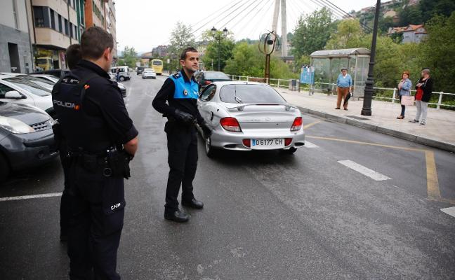 Tres jóvenes huyen tras estrellar su coche en Sama de Langreo