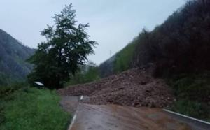 Dos argayos cortan el Corredor del Narcea a su paso por Fondos de Vega