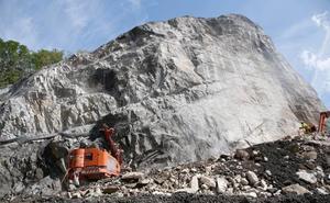 Dos mil metros de cables metálicos para sujetar una montaña