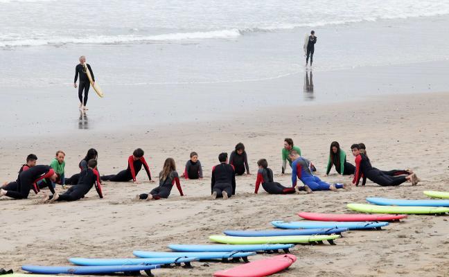 Siete empresas impartirán clases de surf en las playas del concejo este verano