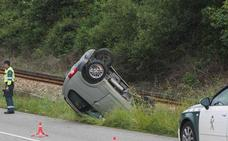 Un herido tras volcar con su coche junto a las vías del tren en Llanes