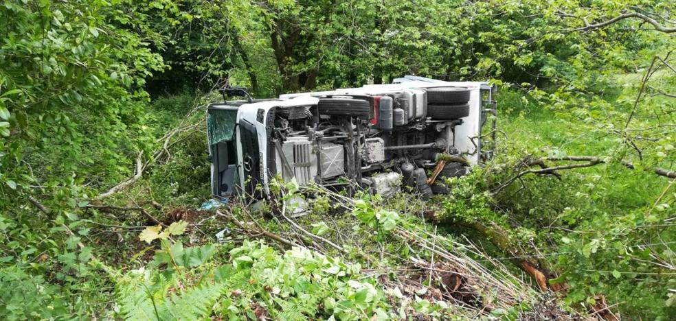 Tres trabajadores de Cogersa, heridos tras volcar su camión