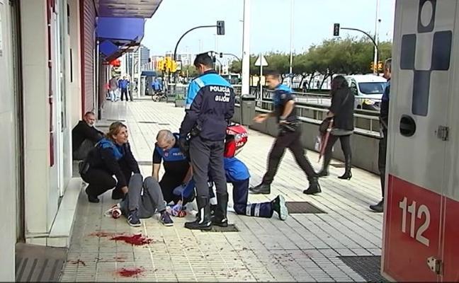 Dos heridos, uno de ellos en el cuello, al pelearse en un pub de Gijón