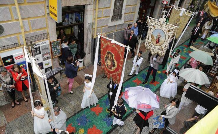Llanes celebra el Corpus bajo la lluvia