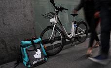 Lo dice un juez: los 'riders' de Deliveroo son falsos autónomos