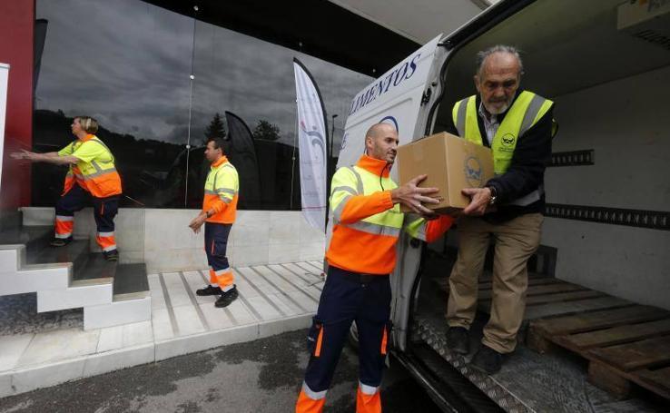 La Fundación del Transporte Sanitario de Asturias entrega 1.100 kilos de alimentos al Banco de Alimentos